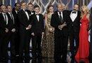 """El productor ejecutivo de la serie """"Homeland"""", Howard Gordon, junto al reparto de la serie, tras recibir el galardón como la mejor serie dramática, durante la gala de la 70 edición de los Globos de Oro."""