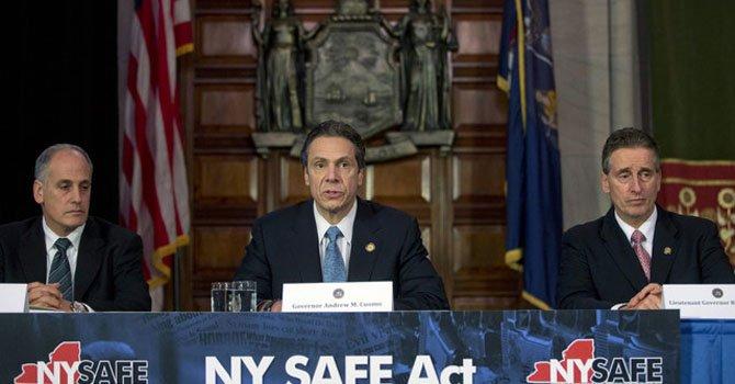 El gobernador de Nueva York, Andrew Cuomo, (centro), anunció que concertó con los líderes legislativos del estado una iniciativa para restringir las armas de fuego en el estado.