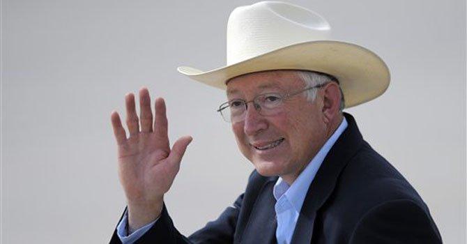 El secretario del Interior Ken Salazar dijo que dejará su cargo en marzo.