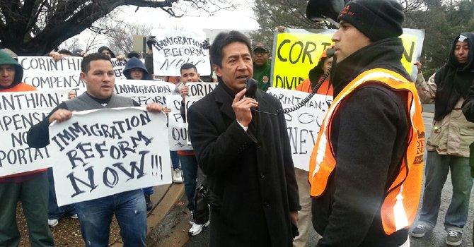 Walter Tejada, presidente de la Junta de Gobierno de Arlington, acompañó a los trabajadores el 15 de enero.