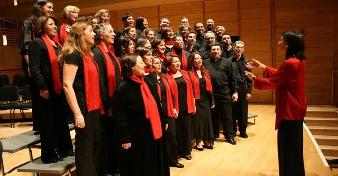 Coral Cantigas canta en fiesta inaugural