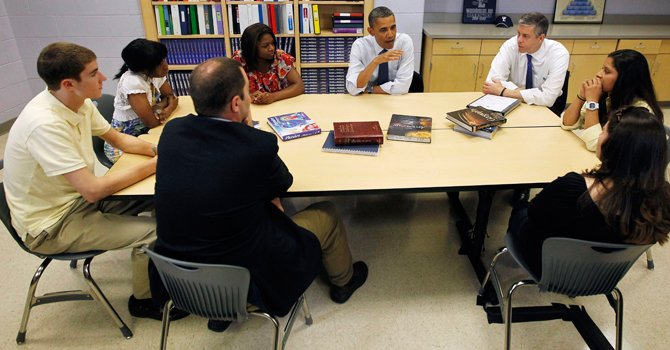 A FAVOR. El presidente Barack Obama junto al secretario de Educación Arne Duncan, con estudiantes  de la Washington Lee High School en Virginia.