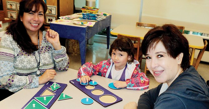 AULA. Marisa Rosemblum (der.), Sabina Rosemblum, de 6 años, y Marcela Castillo, maestra de pre-kinder en la Washington International School de DC.