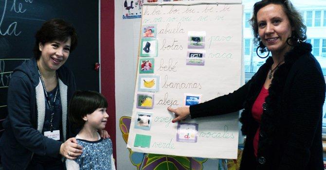 TAREA. Marisa Rosemblum (izq.), Mia Rosemblum y Laura Martina, maestra de primer grado.