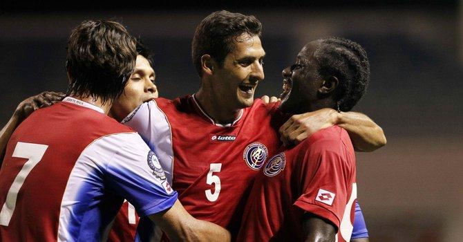 Celso Borges de Costa Rica celebra con sus compañeros en un partido durante  la Copa Centroamericana 2013, disputado en el estadio nacional de Costa Rica en San José.