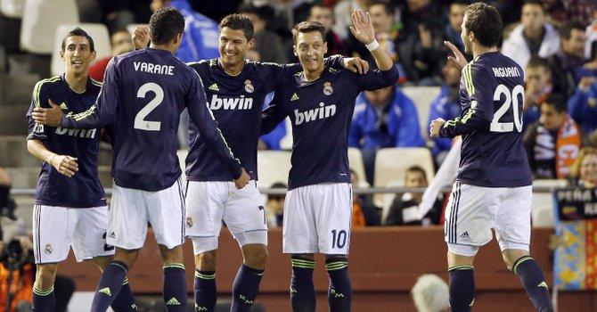 El delantero portugués del Real Madrid Cristiano Ronaldo (centro) celebra con sus compañeros la consecución de uno de sus goles ante el Valencia durante el partido en Mestalla, el domingo 20.