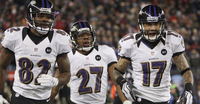 Ray Rice (centro), Torrey Smith (izq.) y Tandon Doss de los Ravens de Baltimore festejan luego de un touchdown en el partido de campeonato de la Conferencia Americana de la NFL ante los Patriots de Nueva Inglaterra, el domingo 20 de enero.