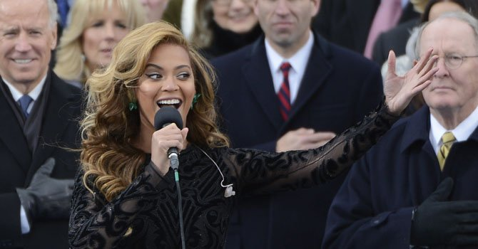 La cantante Beyonce interpreta el himno nacional durante la ceremonia de investidura del segundo mandato de Barack Obama celebrada en el Capitolio en Washington, el 21 de enero.