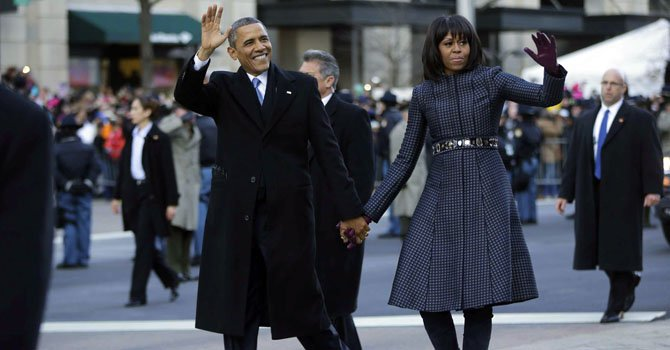 El presidente Barack Obama y la primera dama Michelle Obama saludando a los millones de asistentes en la calle Pennsylvania el lunes 21 de enero.