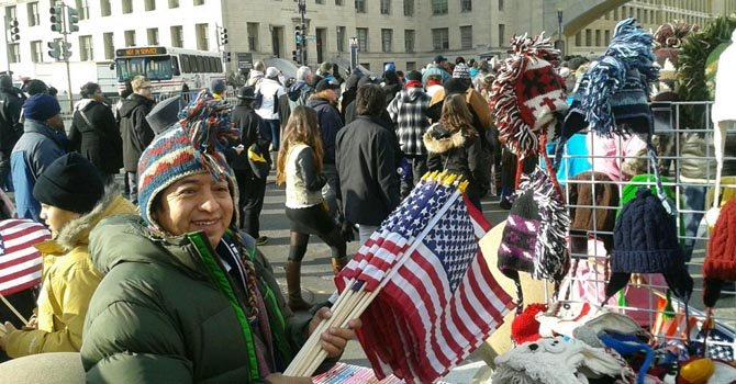 El ecuatoriano Ángel Huaman en el Mall de DC, el lunes 21. Vende banderitas y souvenirs de la inauguración.