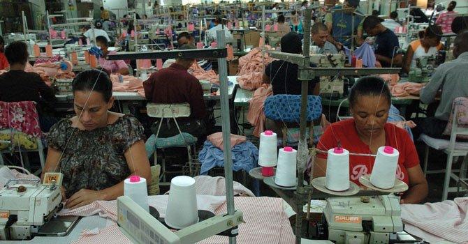 Operarios trabajan en la industria textil.