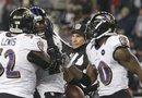 Los jugadores de los Ravens de Baltimore celebran tras realizar una intercepción durante el partido por el campeonato de la Conferencia Americana de la NFL contra los Patriots de Nueva Inglaterra.
