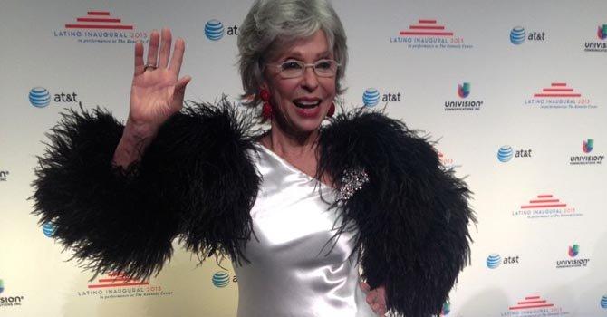 La actriz Rita Moreno al entrar al evento del Kennedy Center que celebró a los hispanos demócratas, el domingo 20.