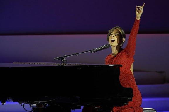 """La cantante Alicia Keys les cantó al presidente Barack Obama y su esposa Michelle Obama, """"Obama is on Fire""""."""