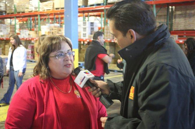 Elda Devarie, fundadora de EMD Sales y el conductor de radio El Zol, Pedro Biaggi, el viernes 18 en las instalaciones de Baltimore.