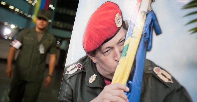 Un soldado camina cerca de un afiche del presidente de Venezuela, Hugo Chávez, el lunes 21 de enero.