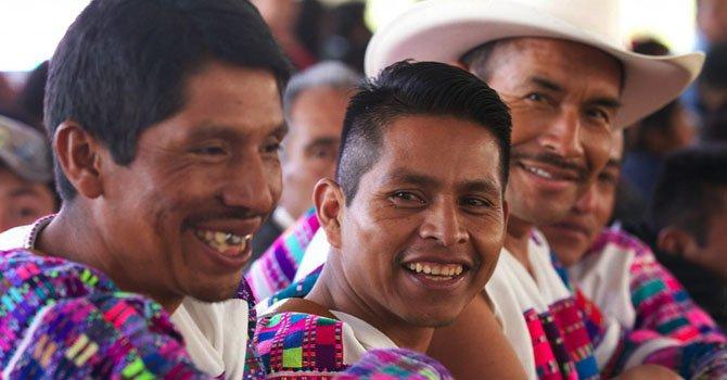 Indígenas escuchan el discurso del presidente de México, Enrique Peña Nieto, el  lunes 21 de enero.