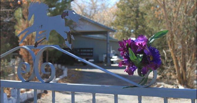 Un ramo de flores adorna el lunes 21 de enero la entrada a una casa donde fueron encontrados muertos a balazos una pareja y sus tres hijos pequeños, en Nuevo México. El hijo de 15 años de la pareja los habría matado.