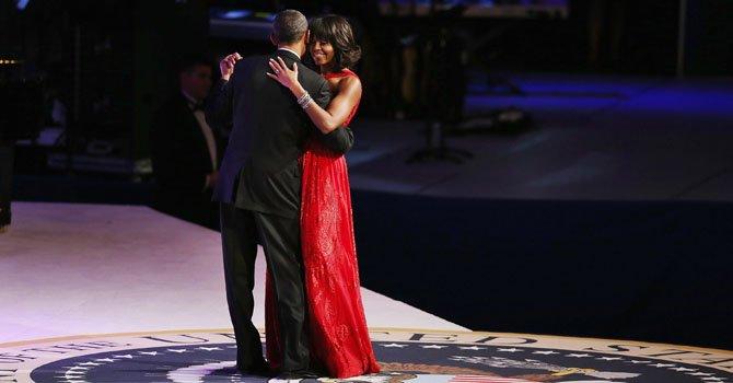 El presidente Barack Obama, y la primera dama, Michelle Obama, bailan durante el baile por la celebración de la investidura.