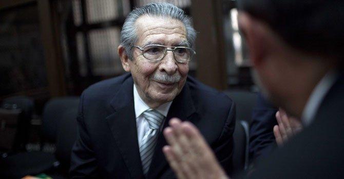 El ex general golpista José Efraín Ríos Montt, asiste a una audiencia judicial el lunes 21 de enero en la que el juez Miguel Ángel Gálvez, decidió se mantiene al frente del proceso abierto por genocidio contra Ríos Montt.