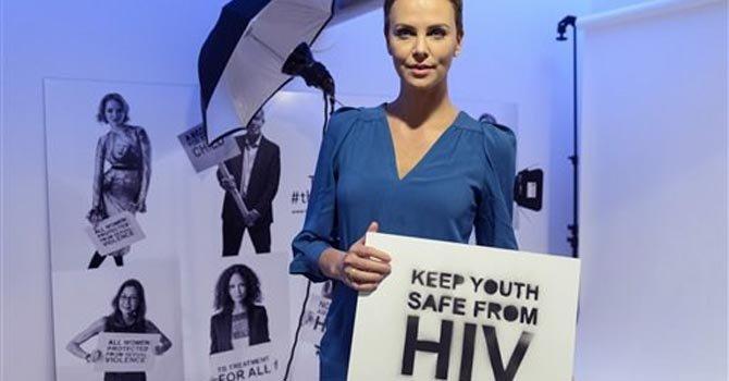 La actriz Charlize Theron participa de una campaña contra el VIH/Sida.