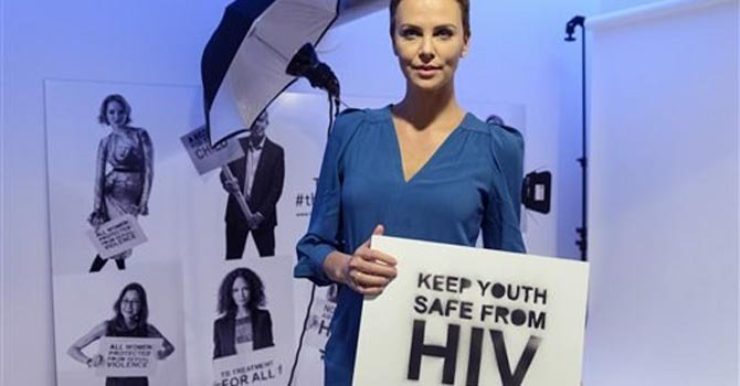 Charlize Theron pide acción contra el Sida