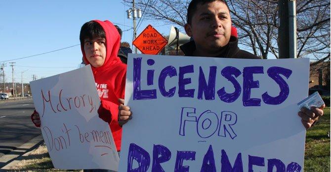 Los soñadores Ramón Garibaldo (izq.) y Elber Barrios (der.) durante una protesta en Carolina del Norte.