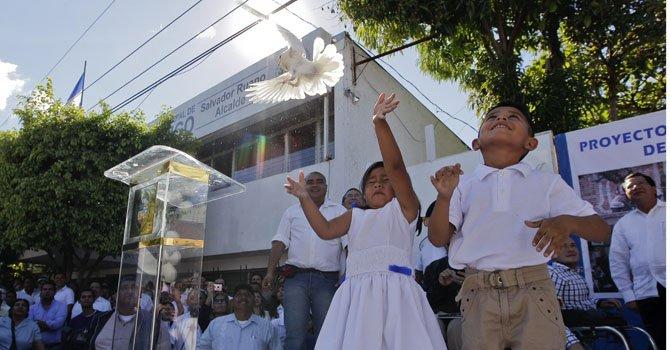 Una niña lanza una paloma como símbolo de paz durante un acto simbólico junto a miembros de las pandillas Mara Salvatrucha (MS) y Barrio 18 el martes 22 de enero.
