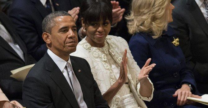 El presidente Barack Obama junto a su esposa, Michelle Obama durante un servicio religioso en la catedral de Washington el martes 22.