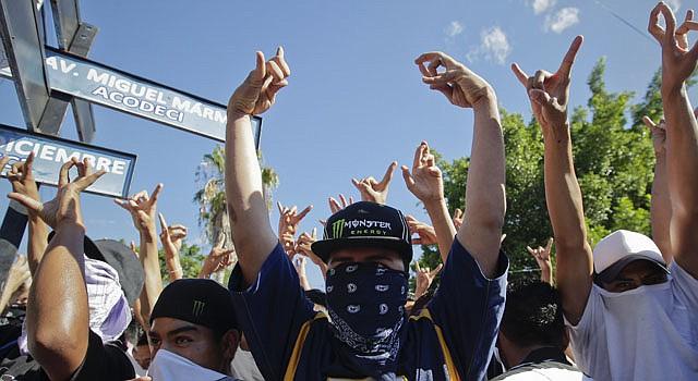 Integrantes de la pandilla Mara Salvatrucha (MS) asisten a un acto simbólico el martes 22 de enero en Ilopango a las afueras de San Salvador.
