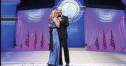 """ELEGANTES. El vicepresidente Joe Biden y su esposa, Jill, bailan al ritmo de """"I can't stop loving you"""", el lunes 21."""