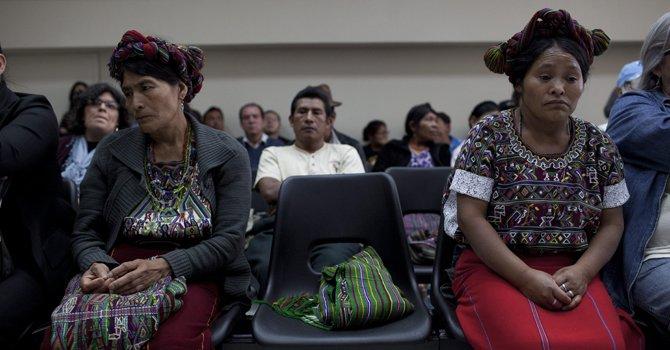 Mujeres indígenas de la etnia ixil asisten a la audiencia judicial en Ciudad de Guatemala contra los ex generales José Efraín Ríos Montt y José Mauricio Rodríguez acusados de genocidio contra indígenas.