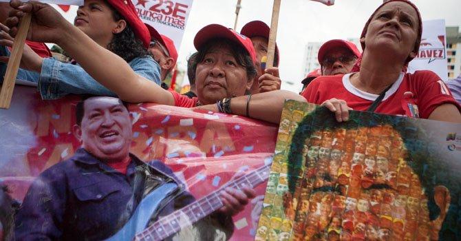 Seguidores del presidente de Venezuela Hugo Chavéz sostienen carteles el miércoles 23 de enero durante un mitin que culminó en una marcha en solidaridad con Chávez en Caracas, Venezuela.