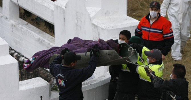 Expertos forenses y de Protección Civil con los cuerpos encontrados en el centro de México.