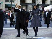 SALUDO. Obama y su esposa Michelle se bajaron de la limosina y saludaron a la multitud en la Pennsylvania Ave.