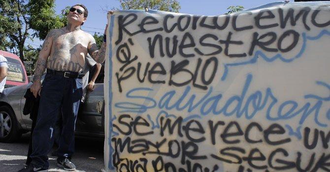 """Un pandillero de la Mara Salvatrucha en Santa Tecla, el segundo municipio libre de violencia como parte de la segunda etapa de la """"tregua"""" entre pandillas salvadoreñas el jueves 24."""