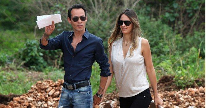 El cantante de origen puertorriqueño Marc Anthony camina junto a su expareja, la modelo venezolana Shannon De Lima.