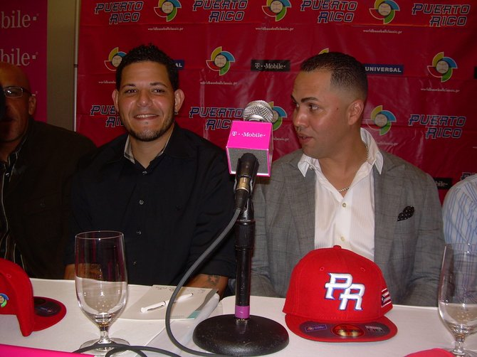 Los grandeligas puertorriqueños Yadier Molina y Carlos Beltrán integran la selección nacional de béisbol de su país.