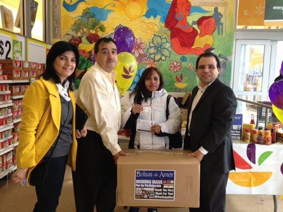 En el Giant de Columbia Heights se entregaron parte de las 715 cajas de alimentos de Bolsas de Amor.