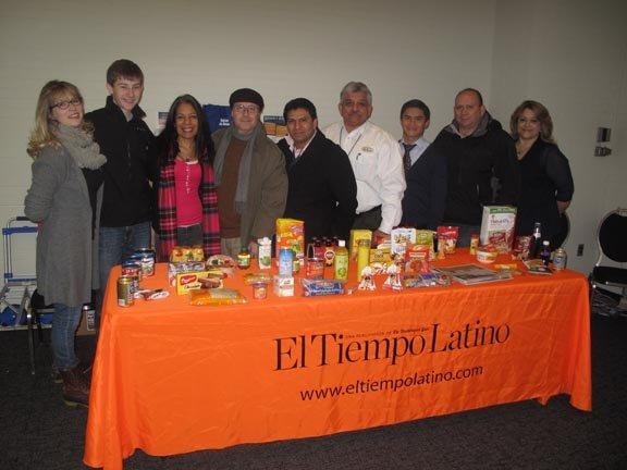 El equipo de EMD SALES y El Tiempo Latino que distribuyó parte de las cajas del proyecto Bolsas de Amor, en DC, el sábado 26.