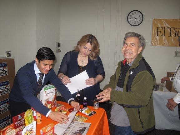 Gilberto Aqguilar (der.) recibió una de las cajas del proyecto Bolsas de Amor.