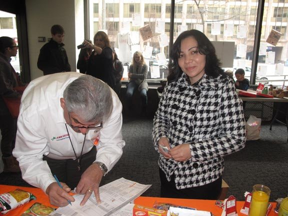 Rosibel Vázquez, salvadoreña residente en DC, al momento de recibir su caja, en el edificio de The Washington Post, el sábado 26.
