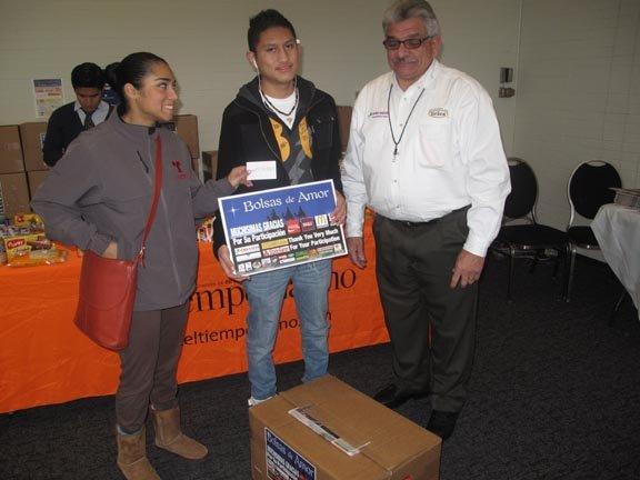 El peruano Irving Herrera (centro), llegó desde Maryland a DC, para retirar su caja.