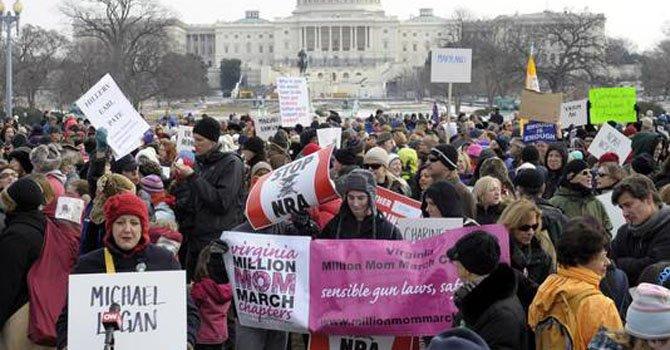Marcha masiva exige control de armas en DC