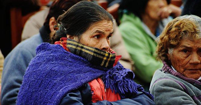 Un grupo de personas acude a recoger cobijas, que reparte el gobierno del estado afectado por las bajas temperaturas en Durango, México.