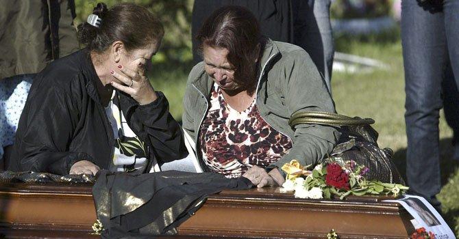 Familiares de Tanise, una de las víctimas del incendio ocurrido en la discoteca Kiss de Santa María (Brasil) que causó 231 muertos, en el funeral de la joven, el 28 de enero.