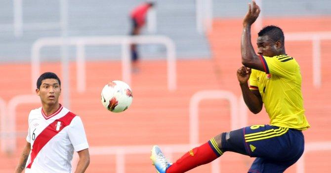 El colombiano José Leudo (der.) intercepta un balón ante Hernán Hinostroza de Perú, el domingo 27  durante un partido del Sudamericano Sub'20, en el estadio Malvinas Argentinas, de Mendoza.