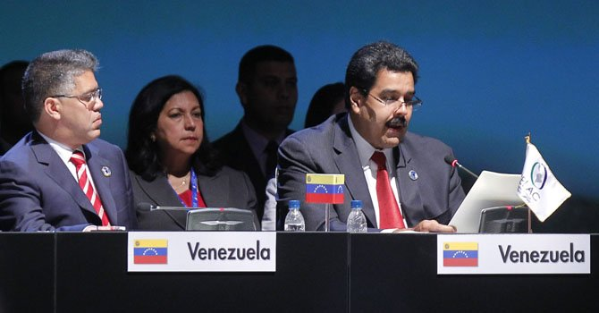 El vicepresidente de Venezuela, Nicolás Maduro (der.), junto a su canciller, Elías Jaua el lunes 28 de enero.