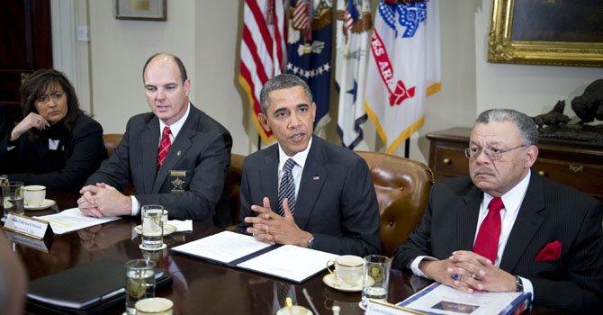El presidente Barack Obama se reúne con miembros de las asociaciones de jefes de policía y sheriffs para hablar sobre los proyectos del gobierno para disminuir los actos de violencia con armas de fuego el 28 de enero.