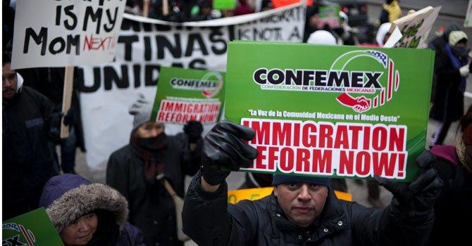 Organizaciones, iglesias, y grupos proinmigrantes marcan por el centro de Chicago, Illinois.
